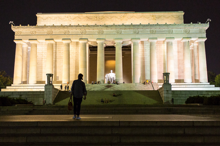 washington-dc-lincoln-monument-at-night
